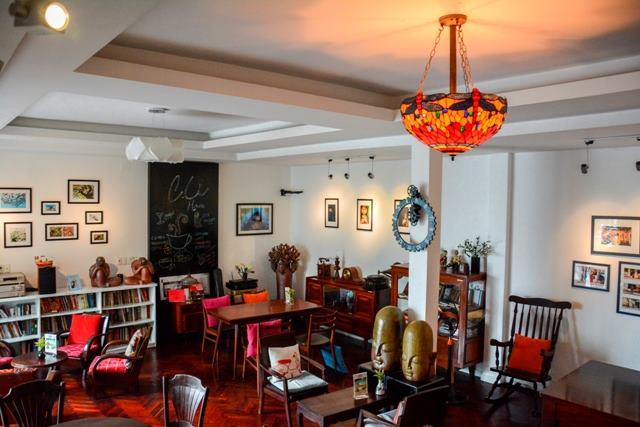 Ngồi ở C.U House như ngồi ở nhà mình với những món đồ cổ, tranh ảnh khơi gợi cảm giác hoài cổ
