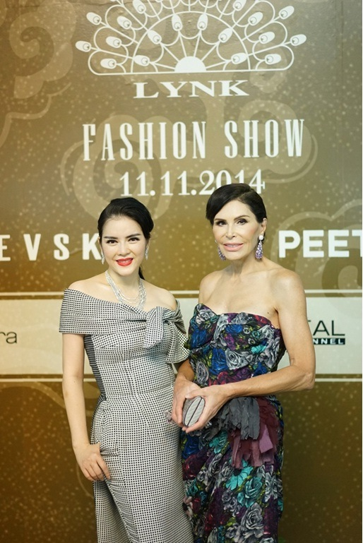 Lý Nhã Kỳ gặp bà Mouna Ayoub trong dịp sang Pháp dự Paris Fashion Week vào tháng 7 /2014 và trở nên thân thiết với vị doanh nhân này. Mouna Ayoub là nhân vật nổi bật tại nhiều show thời trang thế giới khi sở hữu hơn 20.000 món đồ hàng hiệu thuộc dòng Haute Couture, đồng thời là nhà bảo trợ cho các thương hiệu Chanel, Jean Paul Gaultier, Christian Dior...