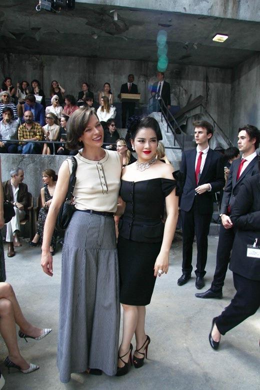 """Người đẹp Lý Nhã Kỳ bên cạnh """"nữ hoàng phim hành động"""" Milla Jovovich tại show diễn của thương hiệu Chanel trong khuôn khổ Tuần lễ thời trang Paris 2013. Milla Jovovich là gương mặt quen thuộc với công chúng Việt Nam trong loạt phim """"Resident Evil""""."""