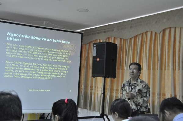 Ông Đỗ Ngọc Chính, đại diện Văn phòng phía Nam Vinastas báo cáo tham luận về vấn nạn lạm dụng kháng sinh trong thực phẩm hiện nay.
