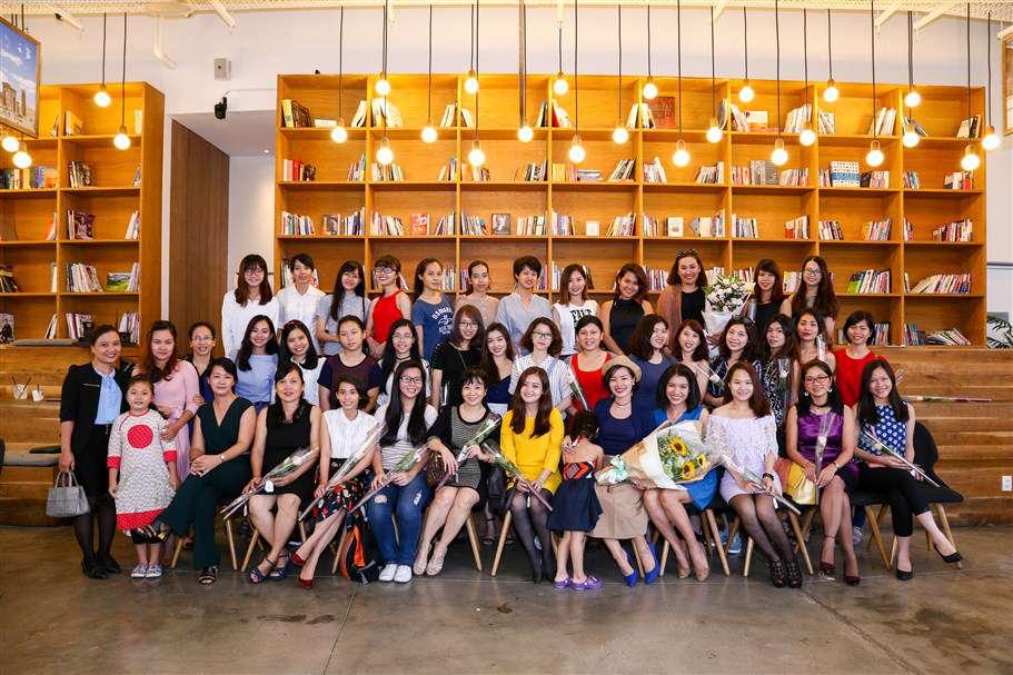 Diễn giả, ban tổ chức và các khách mời cùng ghi lại khoảnh khắc vui được gặp nhau, giao lưu và chia sẻ những vấn đề phụ nữ hiện đại cùng quan tâm tại không gian ấm cúng của nest by AIA