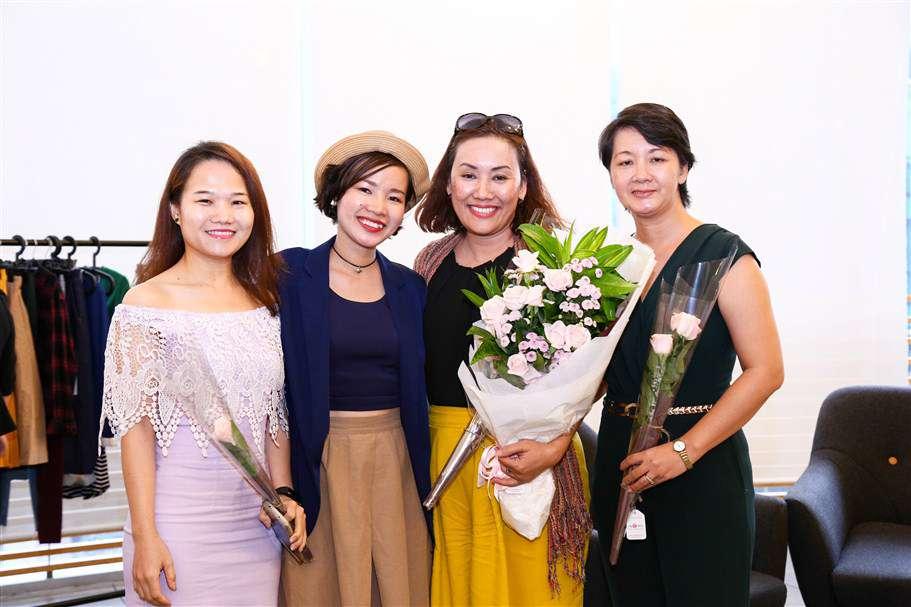 Diễn giả nhận bó hoa tươi thắm và chụp ảnh lưu niệm cùng ban tổ chức chương trình