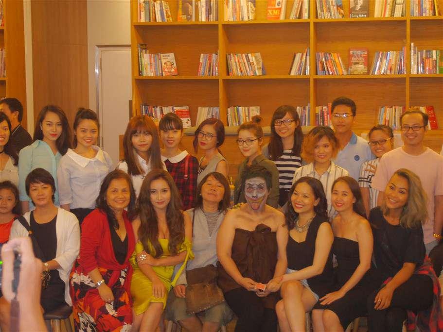 Ban tổ chức, nhân vật cùng các khách tham dự chụp ảnh lưu niệm