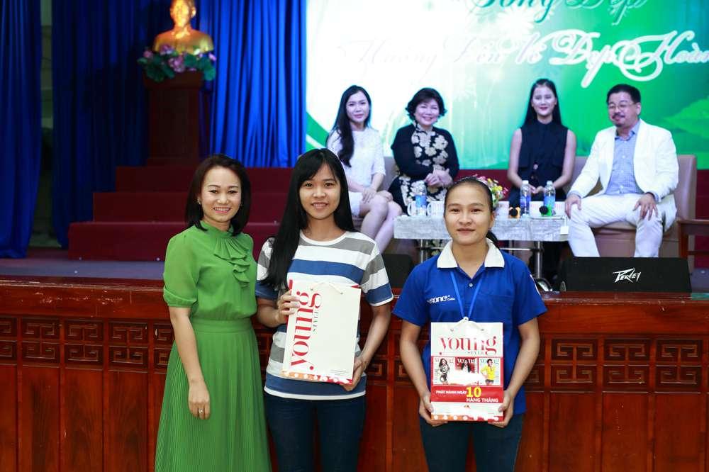 Hai sinh viên có câu hỏi hay nhất được BTC trao phần thưởng