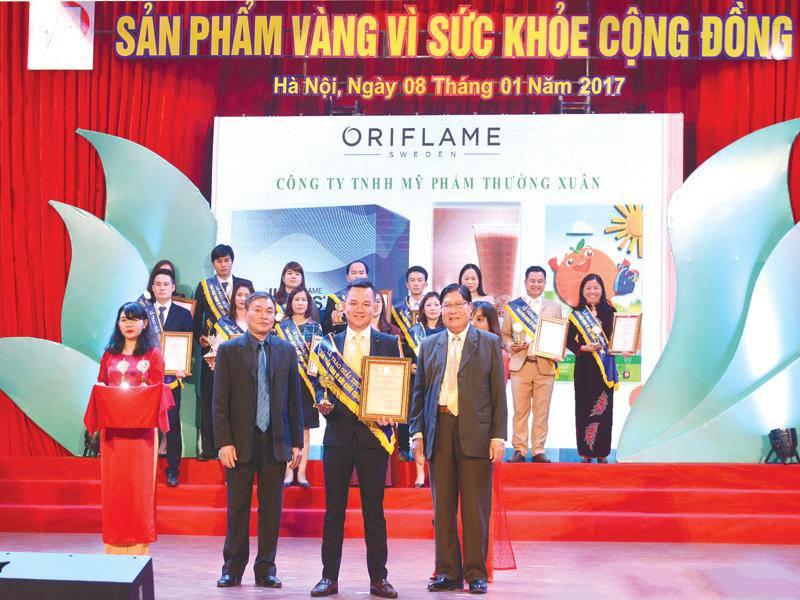 Ông Đỗ Đăng Khoa, Giám đốc Marketing Oriflame nhận Giải thưởng Sản phẩm Vàng vì sức khỏe cộng đồng 2016.