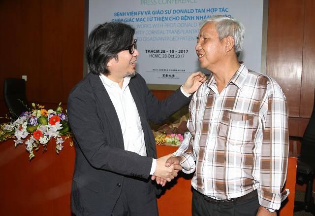 GS BS Donald Tan thăm hỏi chú Phạm Văn Tiền - bệnh nhân từng được ông phẫu thuật ghép giác mạc