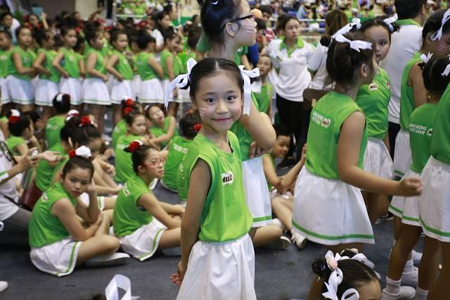 Một em học sinh hào hứng trước khi ra trình diễn
