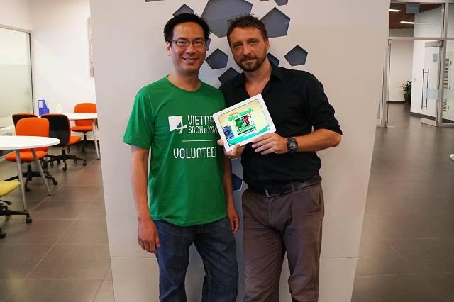 Ông Nguyễn Hữu Nhân (trái) và TS Brian McCauley với ứng dụng điện thoại Anh Hùng Rùa Xanh trên iPad