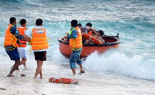 Quân đội cứu người dân gặp nạn khi bão Tembin đổ bộ vào Trường Sa. Ảnh: Phương Chi