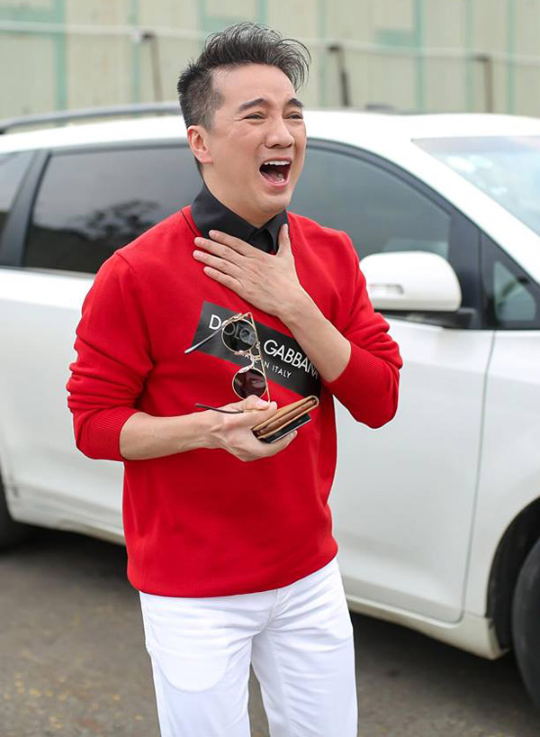 Ông hoàng nhạc Việtbật khóc vì sung sướng trước chiến tích của các chàng trai U23 Việt Nam.