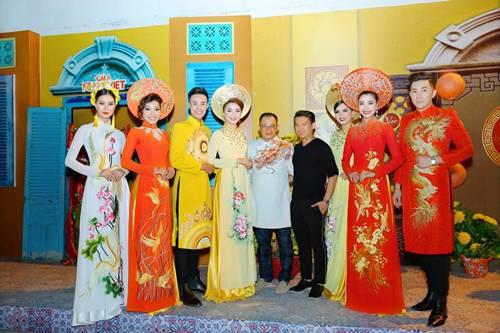 """NTK Nguyễn Tuấn (giữa, áo dài trắng) và đạo diễn Tạ Nguyên Phúc (áo đen) cùng các người mẫu chuẩn bị diễn BST áo dài """"Hồn Việt"""""""