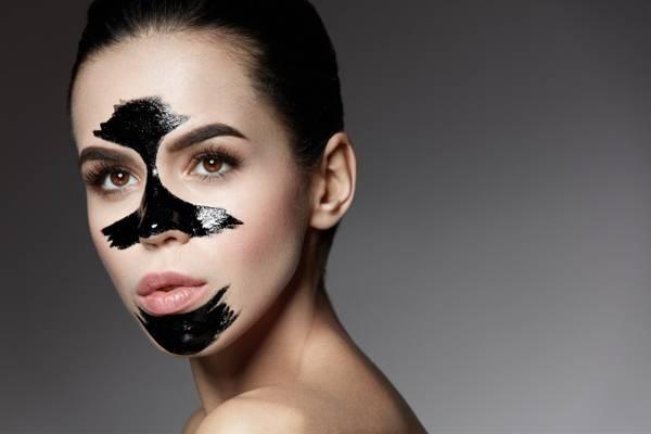 Da thường hay da hỗn hợp thường bị đổ dầu nhiều ở vùng chữ T. Bạn nên đắp mặt nạ riêng cho vùng da này để cân bằng độ ẩm trước khi trang điểm.