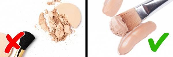 Sử dụng các sản phẩm trang điểm dạng kem như phấn mắt hay má hồng dạng kem để giúp da hấp thụ tốt hơn, tránh tình trạng khô mốc sau khi trang điểm.