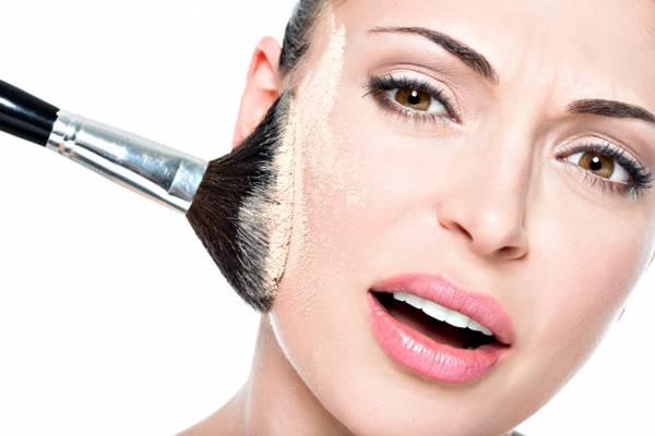 Không phủ quá nhiều phấn sau để tránh tình trạng phấn chảy khi ra tiết dầu, khiến da mặt trông bóng loáng.
