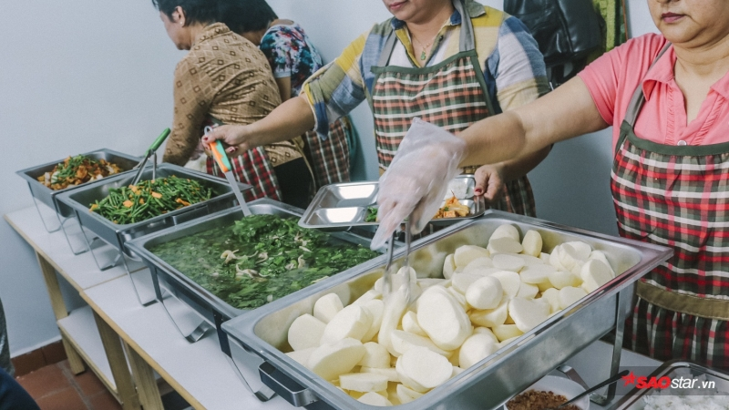 Không chỉ nấu ăn, mọi người còn phục vụ khay cơm đến tận bàn cho khách.