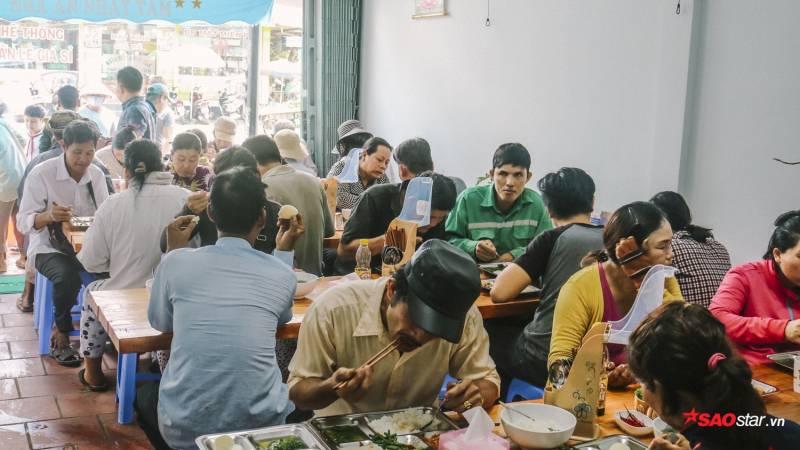 Vào buổi trưa, Nhất Tâm lại trở nên tấp nập khách. Từ cô vé số, ve chai, công nhân, đến sinh viên, công sở,… đều ngồi chung bàn.