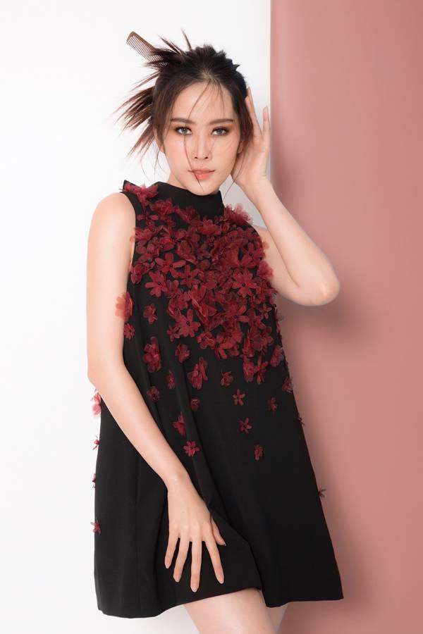 Váy suông dáng cánh bướm được ưac chuộng trong mùa nắng được tạo điểm nhấn bằng những cánh hoa kết nổi.