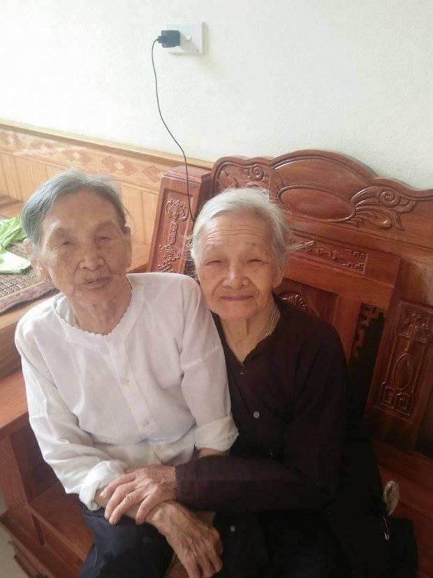 2 chị em cụ bà luôn lạc quan vui vẻ.