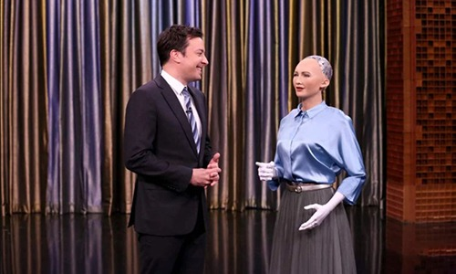 Robot Sophia (bìa phải) trò chuyện với MC Jimmy Fallon trong một chương trình truyền hình. Ảnh: Newswire.