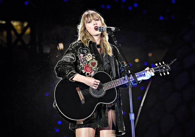 Dù đang bận rộn với việc chạy show, Taylor Swit cũng không quên tri ân tới Aretha Franklin