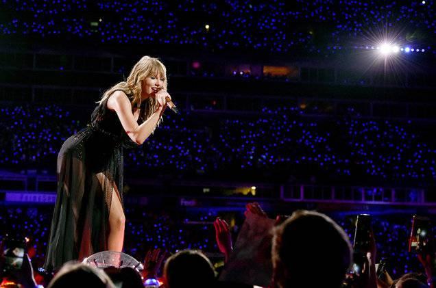 Hình ảnh của Taylor Swift tại show diễn ngày 25 tại Nashville.