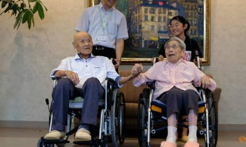 Cụ ông Masao Matsumoto và cụ bà Miyako Matsumoto chụp hình cùng chắt và nhân viên chăm sóc sức khỏe cho họ tại trại dưỡng lão ở Takamatsu, tỉnh Kagawa, Nhật hôm 4/9. Ảnh:Reuters.