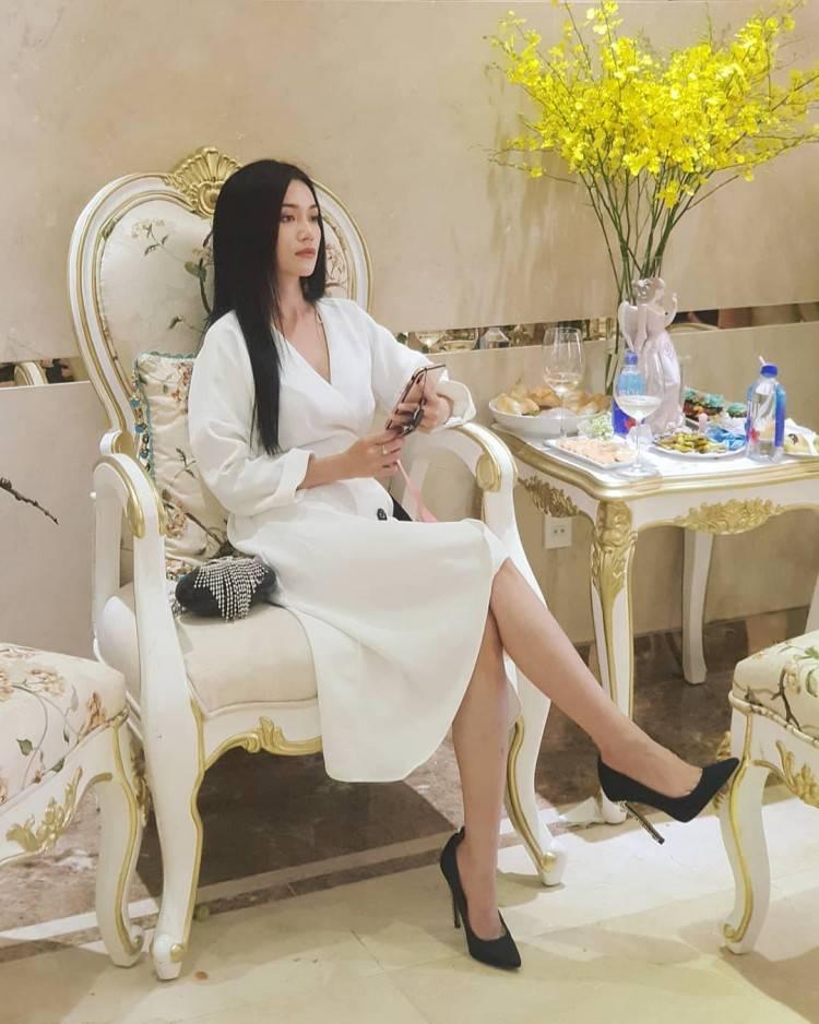 Sĩ Thanh tiếp tục khiến mọi người mê mẩn khi thả dáng cùng chiếc váy trắng bồng bềnh. Người đẹp mix cùng đôi cao gót đen, đem lại vẻ ngoài thanh lịch.