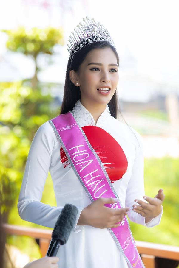 Trần Tiểu Vy diện áo dài đọ dáng với hai Á hậu - 1