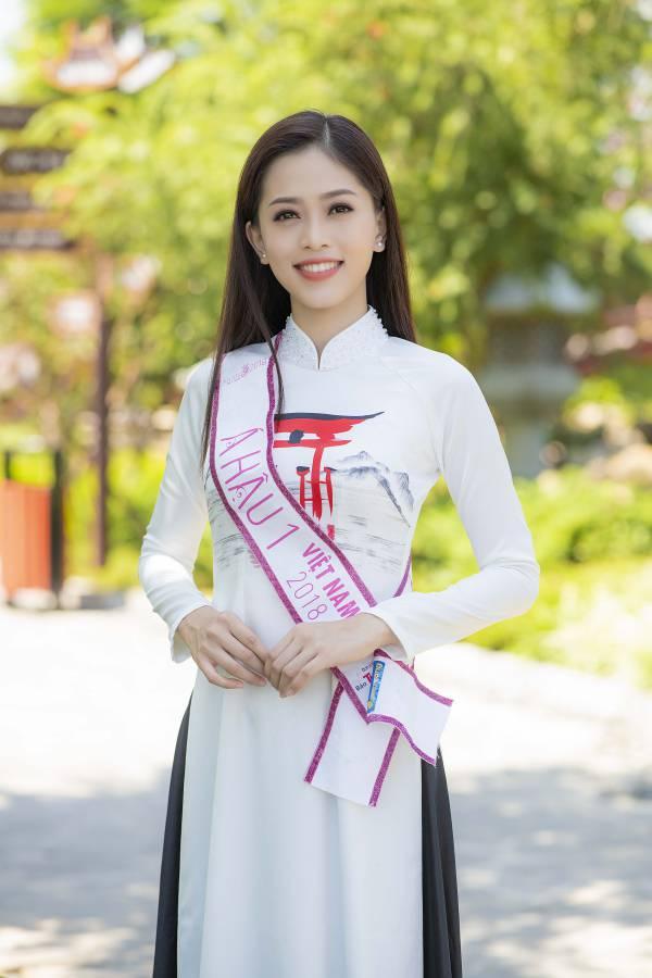 Trần Tiểu Vy diện áo dài đọ dáng với hai Á hậu - 2