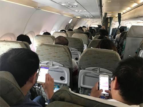 Khi đi du lịch, người Việt Nam dành nhiều thời gian tìm kiếm thông tin, liên lạc gia đình qua điện thoại. Ảnh minh họa: Xuân Hoa.