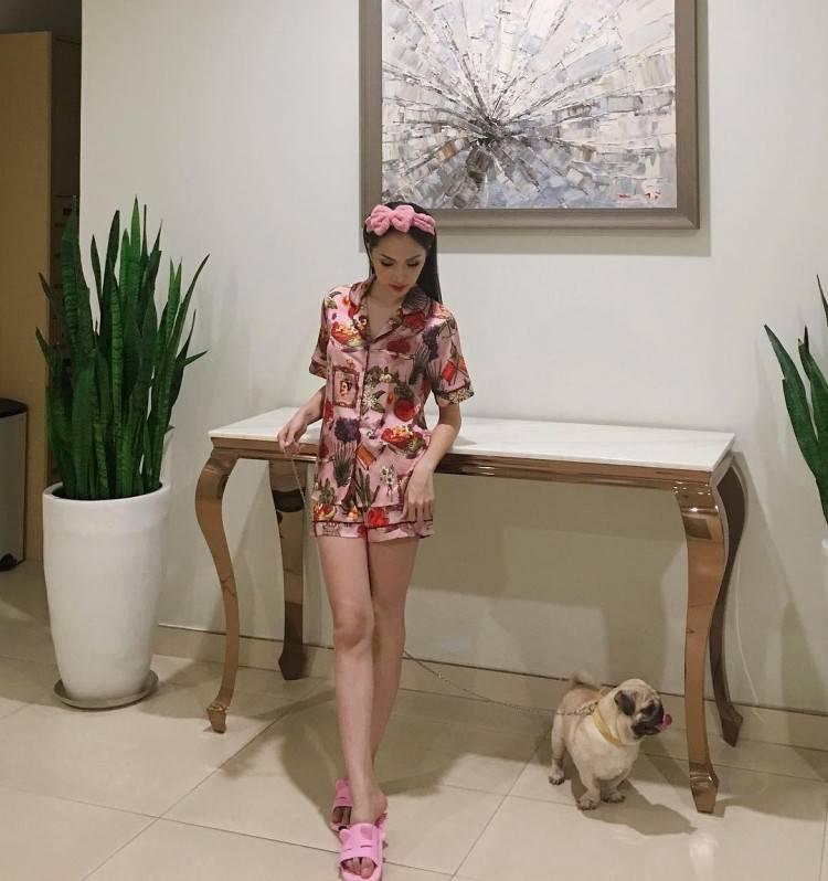 Khoe chân dài miên man trong bộ đồ mặc nhà đáng yêu này, còn ai nhận ra hoa hậu Hương Giang sang chảnh, quyền lực nữa không? Cô nàng còn tăng điểm nhí nhảnh với chiếc bờm cài tóc màu hồng cực nữ tính và đáng yêu.
