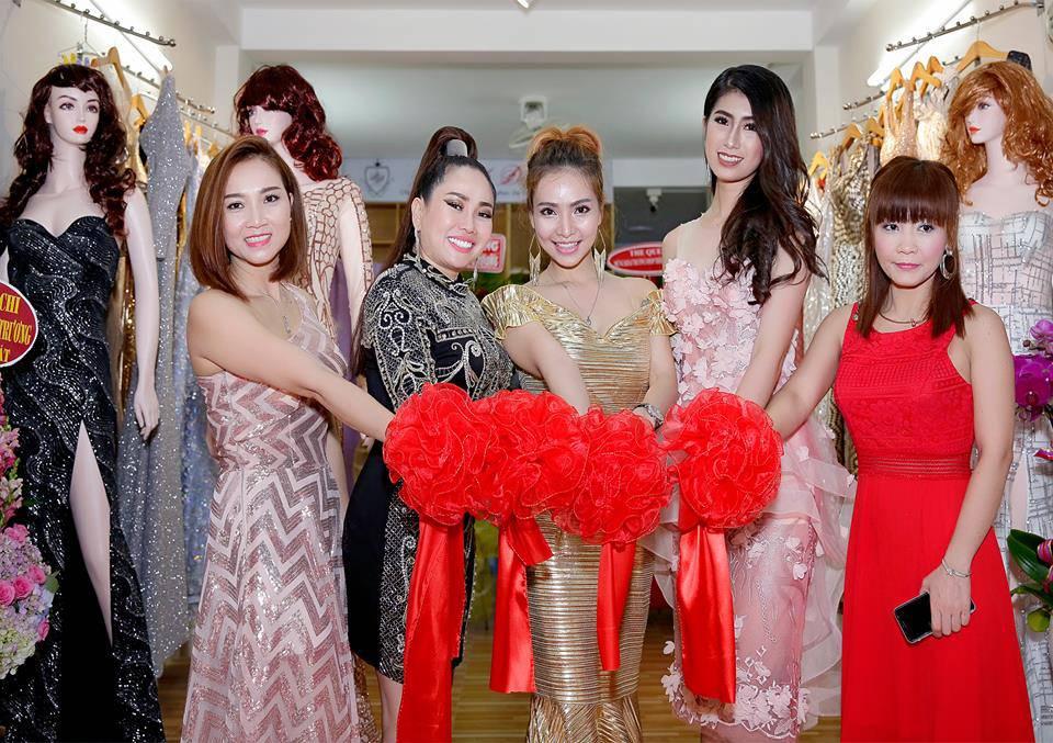 Ca sĩ - người mẫu - nhà thiết kế Đình Đình (giữa) cùng với các doanh nhân, người mẫu và người thân cắt băng khai trương Shop thời trang Đình Đình