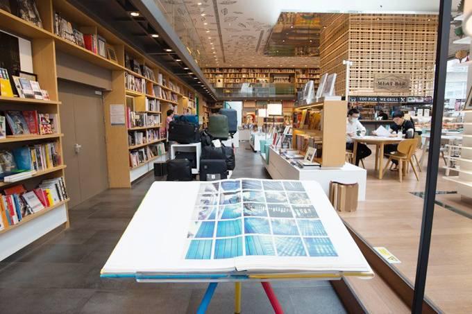Có tới 20.000 cuốn sách được sưu tập, trưng bày và dùng để bán ở khu tổ hợp này. Đây phần lớn là các tác phẩm về nghệ thuật, kiến trúc, văn hóa của Thái Lan và các nước châu Á.