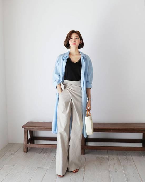 Nếu tự tin về chiều cao và hình thể của mình, các nàng công sở có thể thử nghiệm cách mix áo sơ mi dáng dài cùng áo hai dây và quần suông ống đứng.