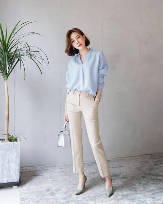 Sắc xanh baby không chỉ nịnh da mà còn khiến người mặc trở nên trẻ trung hơn. Phối cùng mẫu áo cổ trụ là quần âu ống đứng, túi xách tay và giày cao gót kiểu dáng hiện đại.