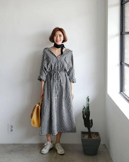 Đầm thắt eo được lấy cảm hứng từ áo sơ mi là trang phục hot trend mùa hè 2018. Bước sang không khí thu đông, chúng vẫn được phái đẹp ưa chuộng. Khi tận dụng váy mùa hè để phối đồ mùa thu, các cô nàng sành điệu không nên quên chọn thêm phụ kiện khăn vuông hợp mốt.