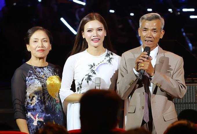 Bố mẹ Phạm Phương Thảo cứ ngỡ liveshow của con gái là hôn trường
