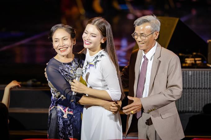 Bố mẹ Phạm Phương Thảo cứ ngỡ liveshow của con gái là hôn trường - 1