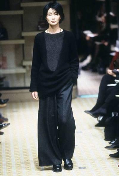 Mạn Ngọc từng có quãng thời gian hoạt động sôi nổi ở lĩnh vực thời trang. Năm 1998, cô catwalk tại Tuần Thời trang Paris (Pháp), mở ra thời kỳ diễn viên Hoa ngữ tham gia tuần thời trang quốc tế. Năm 2008, Mạn Ngọc được WGSN (mạng lưới nghiên cứu, phân tích và tư vấn thời trang của Anh) bình chọn một trong 10 ngôi sao có sức ảnh hưởng tới giới thời trang.