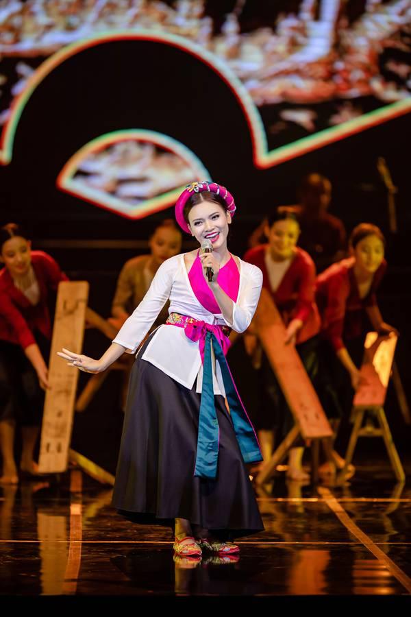 Bố mẹ Phạm Phương Thảo cứ ngỡ liveshow của con gái là hôn trường - 7
