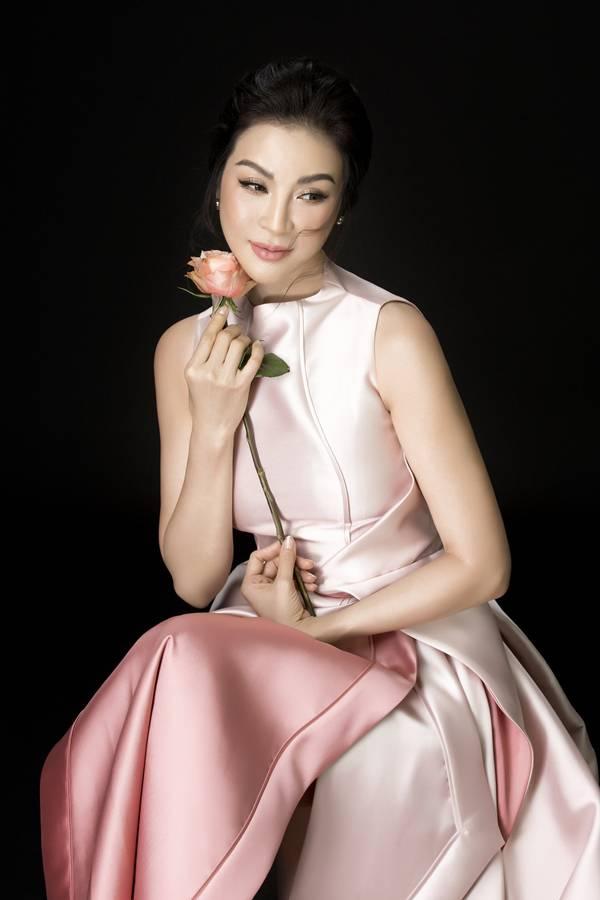 Các thiết kế trong bộ hình ấy của cô đều được đặt dệt lụa riêng tại Nhật, vải tơ tằm được xử lý kỹ lưỡng pha với cotton.