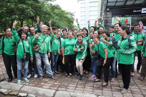 Tan Hooi Ling cùng đội ngũ tài xế GrabBike tại Việt Nam.