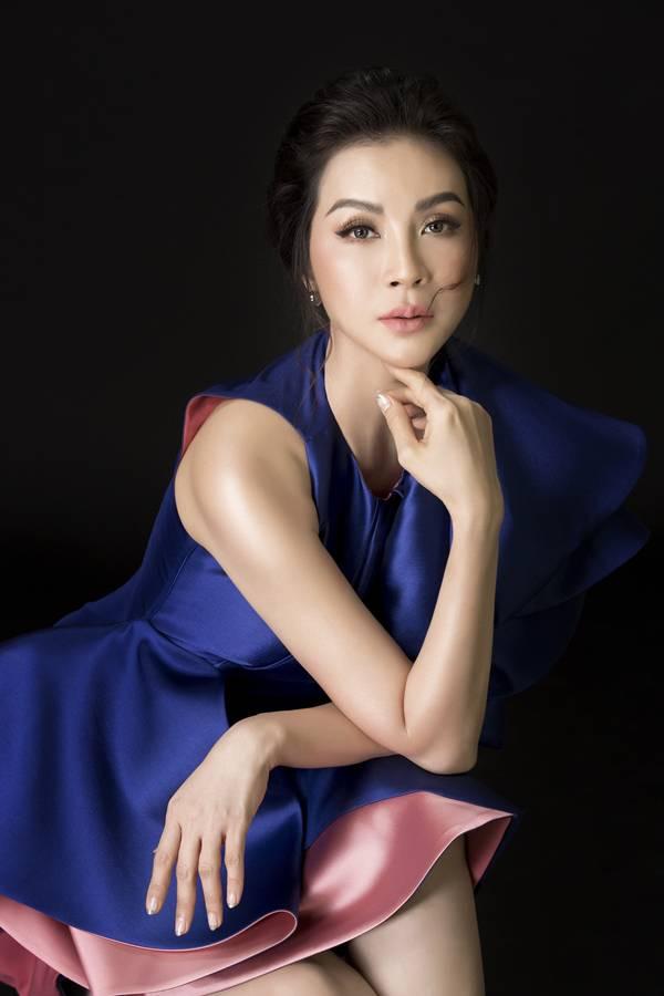 Thanh Mai chú ý chọn tông trang điểm nhẹ nhàng và màu son phù hợp với chiếc váy, mang đến sự hài hòa tổng thể.
