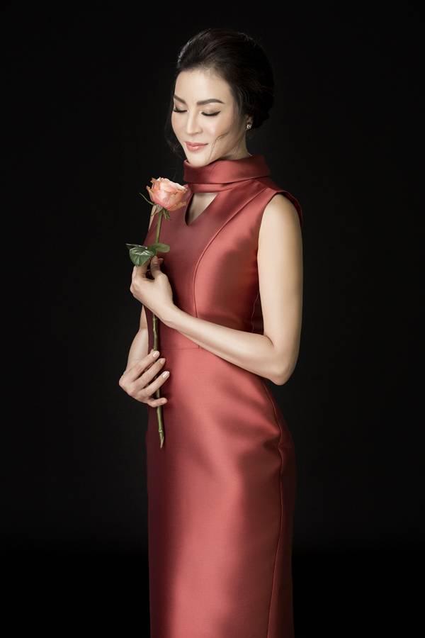 Thanh Mai yêu thích chiếc váy cocktail tông cam đất nền nã, giúp tôn làn da trắng ngần của cô. Cổ áo cách điệu và phần thân váy sử dụng kỹ thuật tạo eo phồng theo dáng quả chuông cho cảm giác ngoại hình thon gọn.