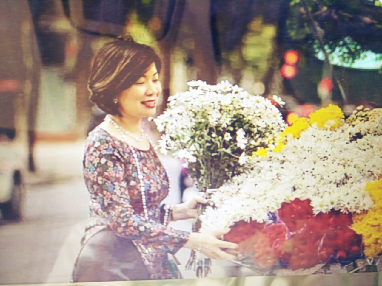 """Bộ ảnh chụp cùng Cúc họa mi tuyệt đẹp của """"Nữ tiếp viên trưởng không tuổi"""" Nguyễn Thanh Bình"""