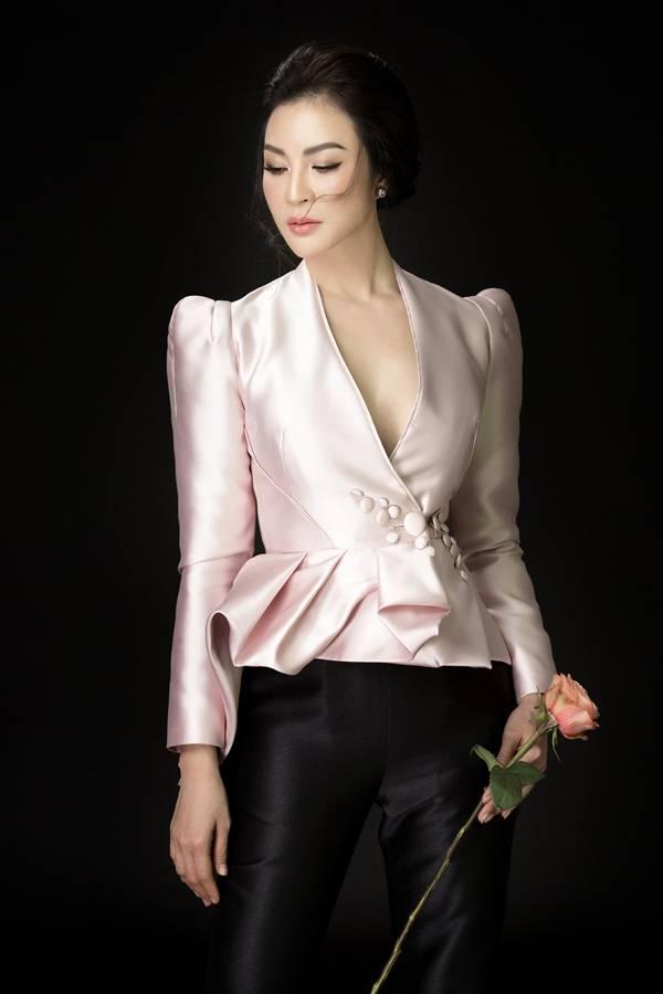 MC Thanh Mai diện mốt áo dáng peplum đượcxẻ ngực gợi cảm, phối quần âu đen thanh lịch trong bộ ảnh mới.