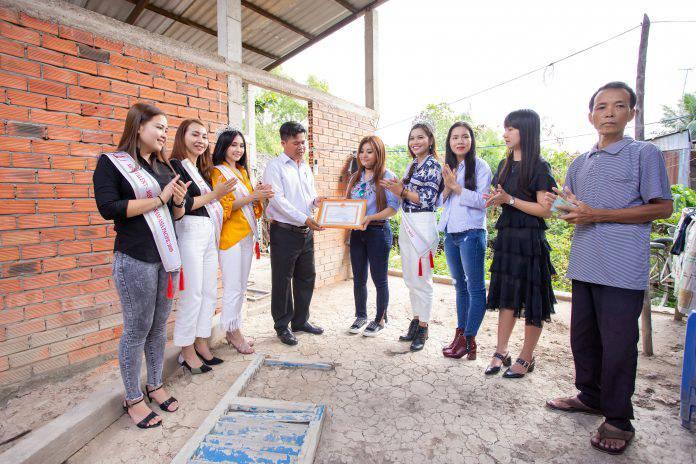 Đại diện chính quyền địa phương trao bằng khen cho Trưởng ban tổ chức – bà Lương Nhã Hiền