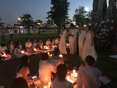Hơn 100 khách trong trang phục trắng tinh khôi đến dự đám cưới của cặp đôi tại một công viên ở TP HCM. Ảnh: Kim Anh