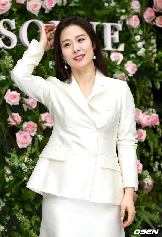 Dấu tuổi tác đã hiện dần trên đuôi mắt, khóe miệng, nhưng Kim Hyun Joo vẫn rất cuốn hút. Hiện tại, cô vẫn là gương mặt quảng cáo cho nhiều thương hiệu mỹ phẩm lớn trong và ngoài nước.