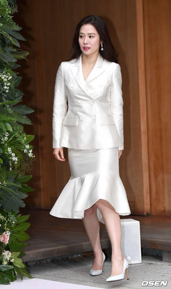 Kim Hyun Joo dự sự kiện do thương hiệu Lancome tổ chức chiều 20/2. Phục sức sang trọng, lịch thiệp, trang điểm nổi bật giúp ngôi sao Giày thủy tinh thêm xinh đẹp, bất chấp tuổi tứ tuần. Kim Hyun Joo hiện tại vẫn độc thân, đam mê công việc hơn kết hôn.